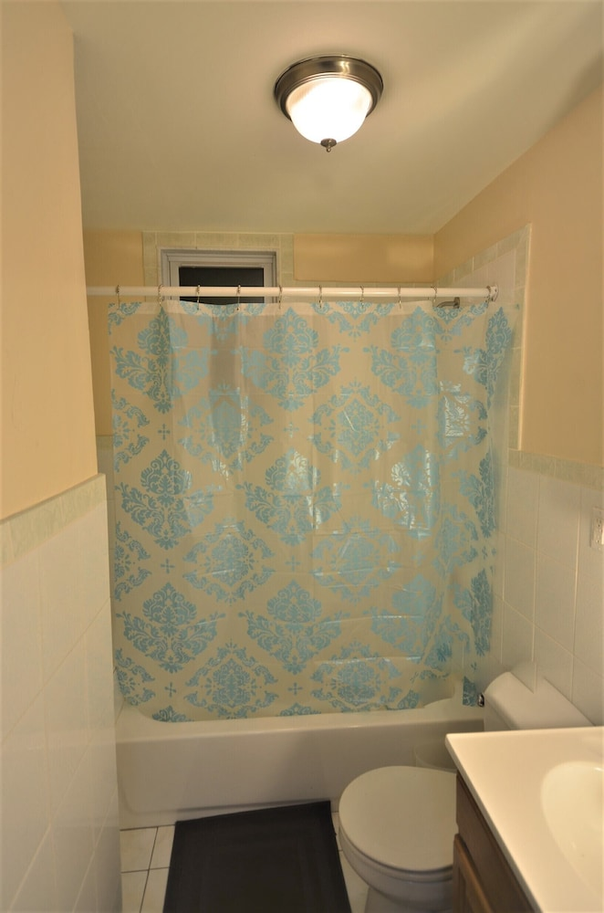 Bathroom, 2 Bedroom apt North Newark Light Rail