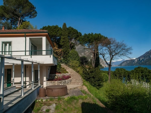 Il Cubetto Antesitum- House on Lake Como With a Splendid View