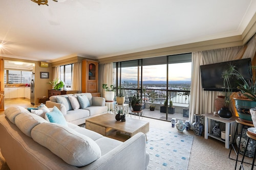 Ultra Luxurious Waterfront Queen Bedroom With Surfers Paradise Views