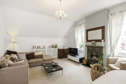 Bright 2BR Home in Wimbledon, 4 Guests!