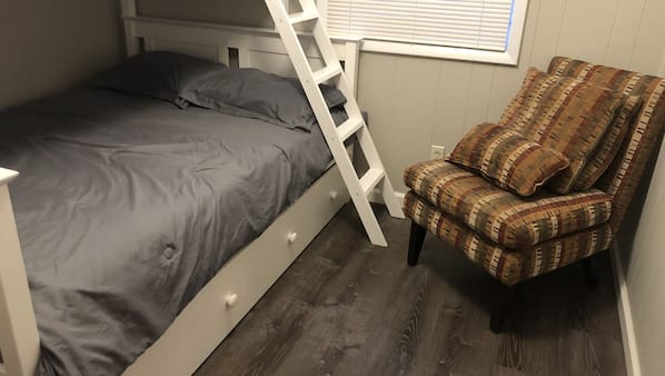 2 bedrooms, travel crib, free WiFi