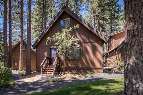 Golf Front/view Cabin With Wood Stove & Forest Views - Close to Activities!