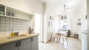 Grand réfrigérateur, micro-ondes, fourneau de cuisine, four grille-pain