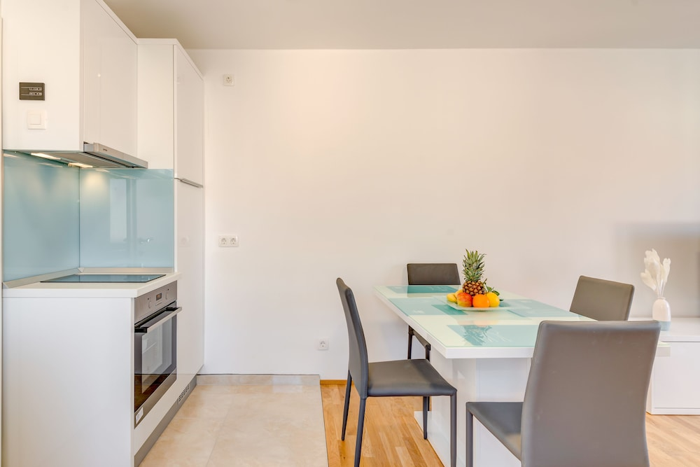 Private Kitchenette, LCT Oleander Apartments