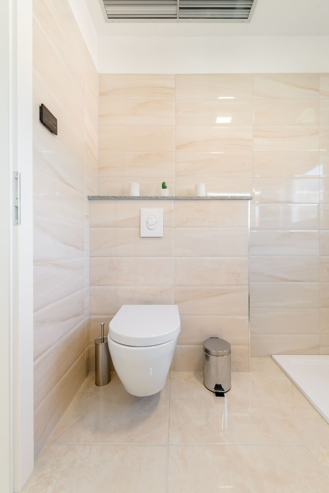 Bathroom, LCT Oleander Apartments