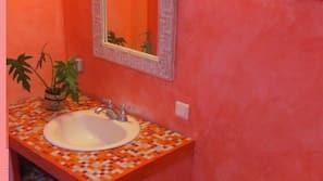 Dusche, Haartrockner, Handtücher, Toilettenpapier