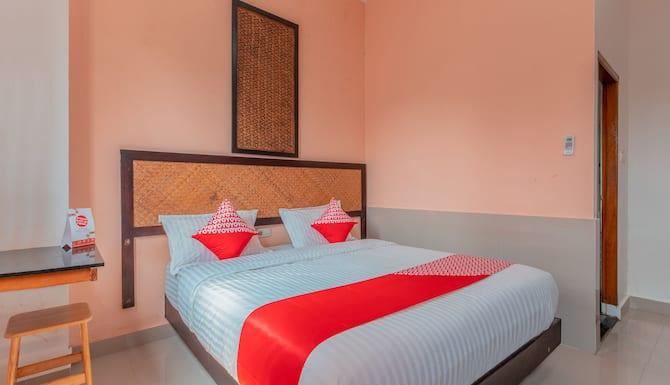 Oyo 1229 Dc Hotel Pramuka Jakarta Idn Great Rates At Expedia Ie