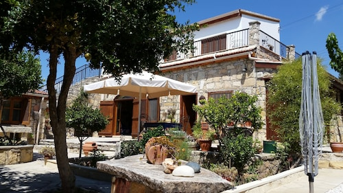 Old Stone Villa 3 Beds With Access to Restaurant/cafe and Shared Pool