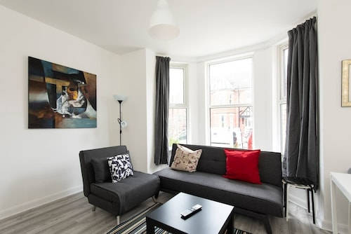 Modern Sleeps 5 - 1BR Home in Manchester