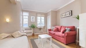 1 slaapkamer, een bureau, een strijkplank/strijkijzer, babybedden