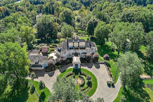 NEW Llamas and Luxury on Unique Historic Bedford Estate