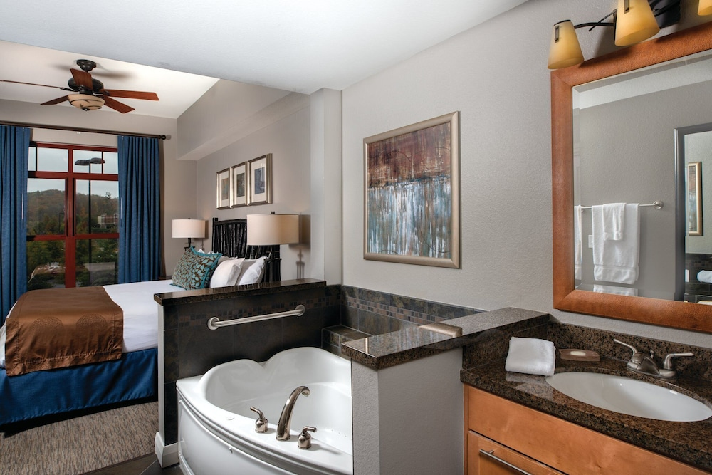 Bathroom, 2 Bedroom Deluxe with Indoor Water park Access. Perfect for the whole family!