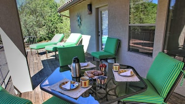 Feel Right at Home! Comfortable Abode with Hot Tub. Sleeps 6