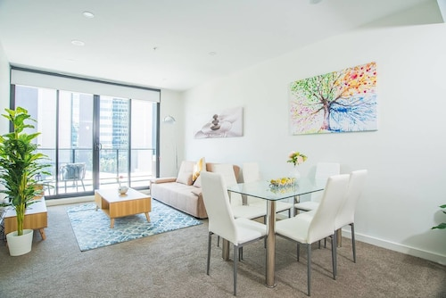 Modern&chic Apt Right Next to Parramatta Station