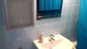 Duschwanne, Komfortbadewanne, Haartrockner, Handtücher