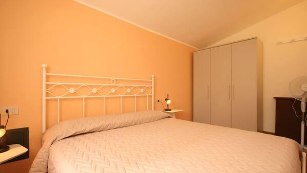 2 Schlafzimmer, Bügeleisen/Bügelbrett