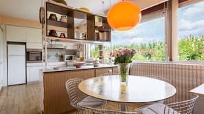Een koelkast met diepvriezer, een microgolfoven, een oven, een kookplaat