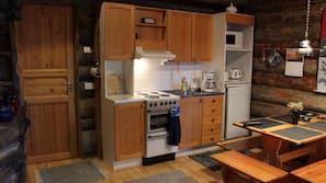 Täysikokoinen jääkaappi, mikroaaltouuni, uuni, liesi