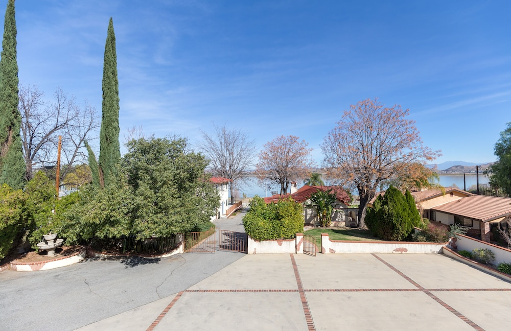 Featured Image, A Vibrant Retreat on Lake Elsinore