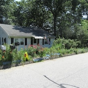 Walk to the Beach From the Cozy Cottage! House for Four in Leafy Neighborhood!