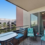 Gorgeous, Contemporary Condo w/ Shared Pool & hot Tub, gym