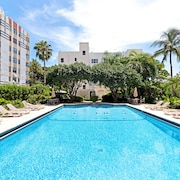 Cozy Studio in an Art Deco Building w/ Pool & gym - 1 Block to the Beach!