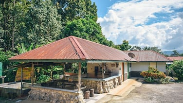 Providing mountain views, a shared lounge and barbecue facilities.