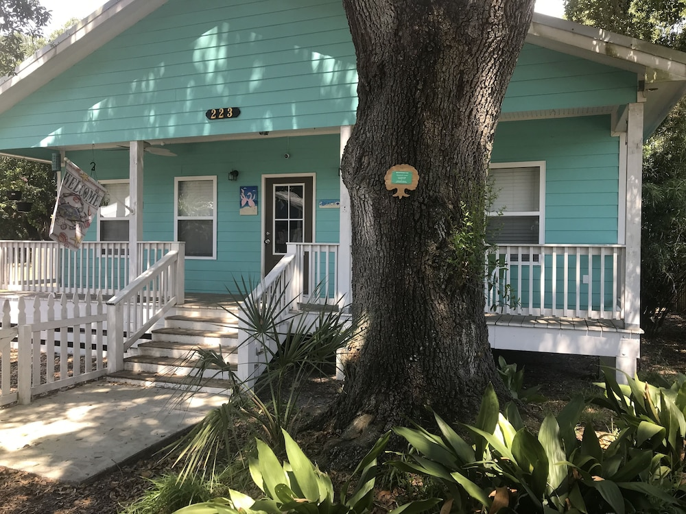 Pet Friendly Cottage In Historical District 1 Block From Beach