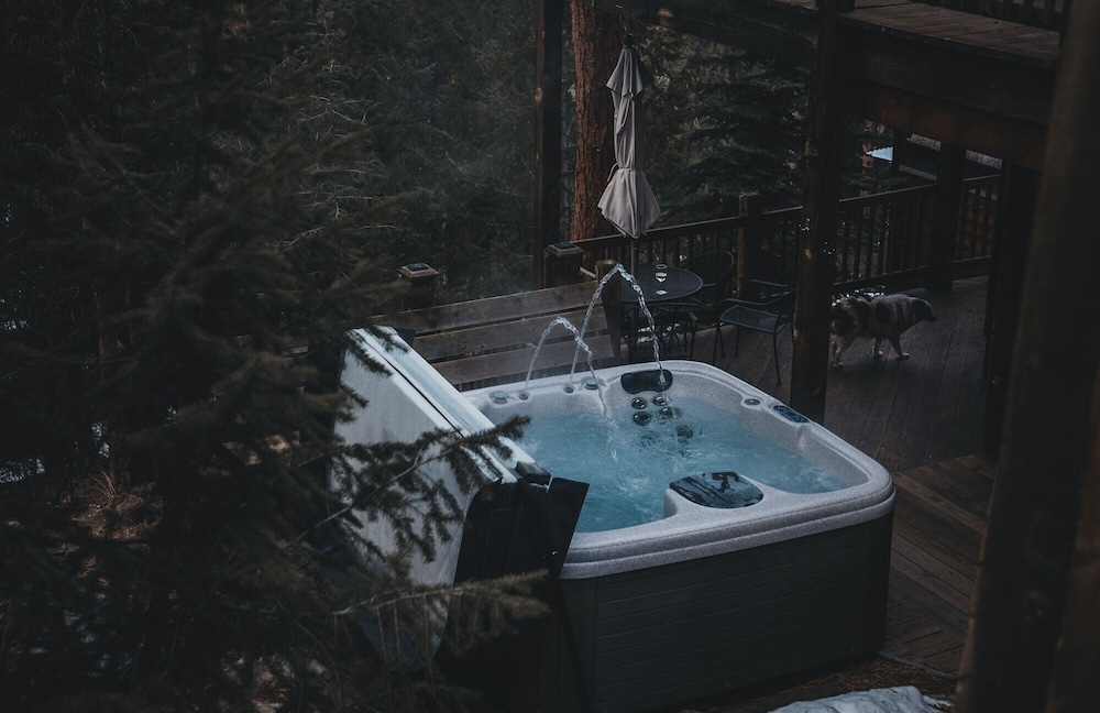 Outdoor Spa Tub, Juniper Mountain House