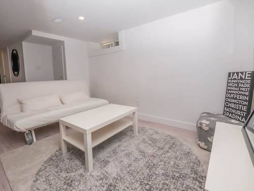 Cosy 1 Bedroom Suite in Leslieville