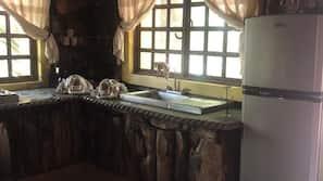 Microondas, cafetera o tetera y utensilios de cocina