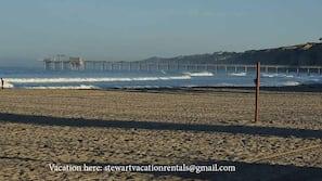在海滩、沙滩椅、沙滩毛巾
