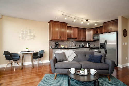 The Robin's Nest - Modern SE Portland Belmont Condo w/ Garage Parking - Monthly