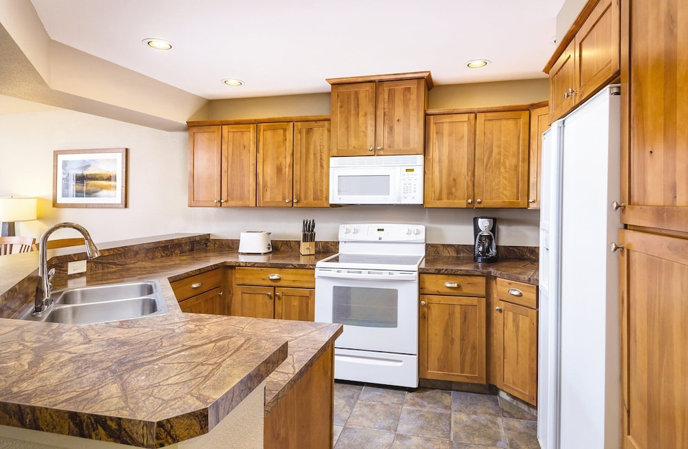 Private Kitchen, Beautiful Resort in the Heart of it All!