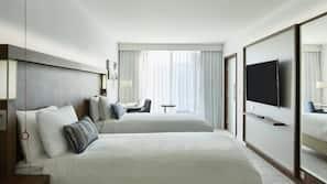 客房内保险箱、办公桌、笔记本电脑工作区、遮光窗帘