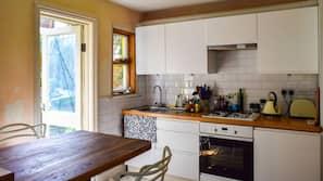 Full-size fridge, oven, stovetop, dishwasher