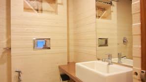 Shower, hydromassage showerhead, free toiletries, bathrobes