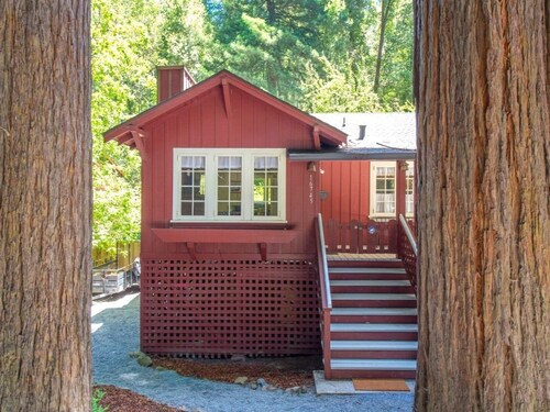 Reduced Rates JAN / Mar!! Redwood Retreat! Hot Tub! Walk to Beach/river!