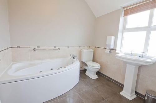 Bathroom, Upton Court Holiday Cottages