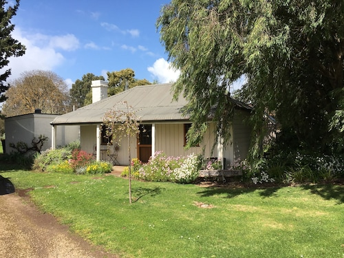 2 Bedroom Cottage in Historic Penola, Coonawarra Wine Region, Beautiful Gardens