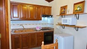 Køleskab, mikrobølgeovn, komfur, kaffe-/temaskine