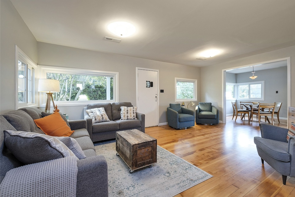 Living Room, Remodeled Cottage With Large Yard Near Nike, Intel, South Hillsboro