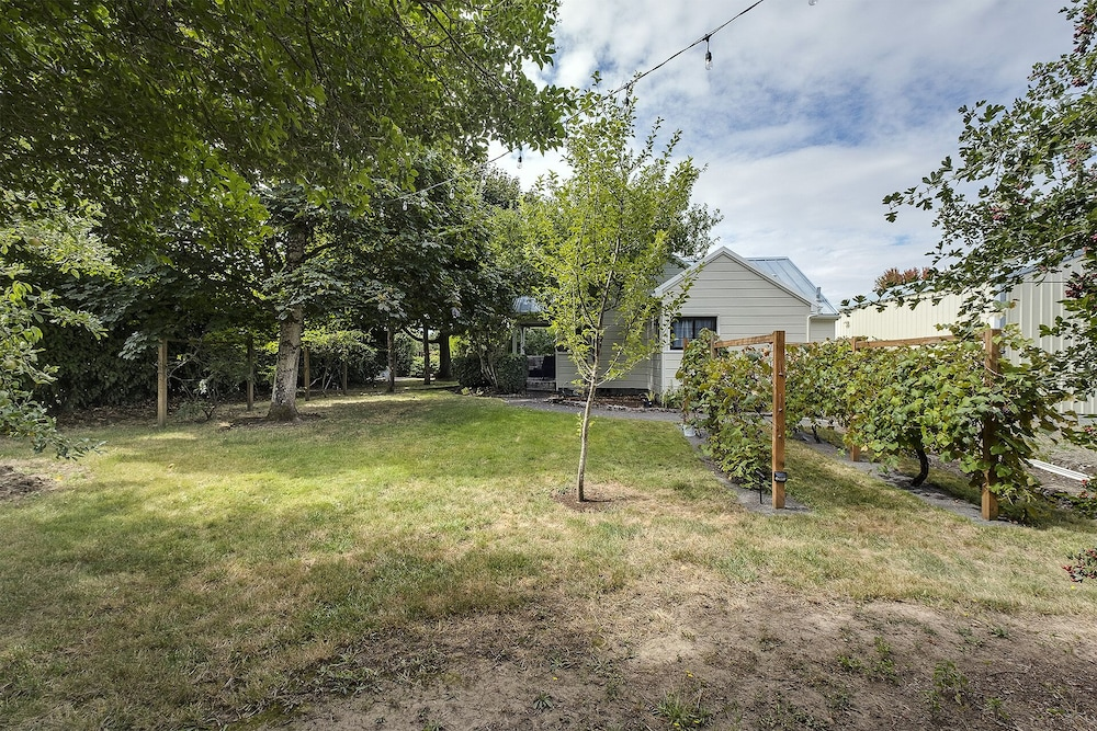 Property Grounds, Remodeled Cottage With Large Yard Near Nike, Intel, South Hillsboro