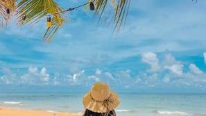 海灘、太陽傘、沙灘巾、海灘酒吧