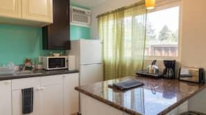 Kühlschrank, Mikrowelle, Wasserkocher mit Kaffee-/Teezubehör, Toaster
