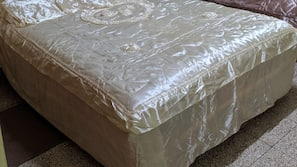 Premium bedding, individually furnished, laptop workspace, WiFi