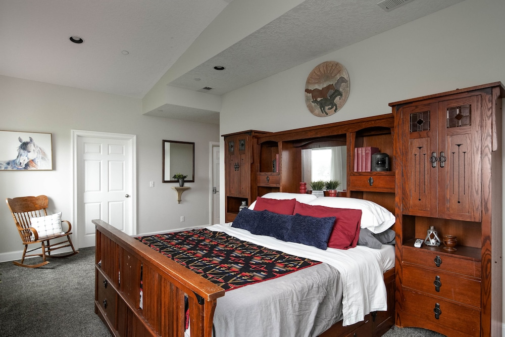 Room, Spacious Suite on Oregon Equestrian Estate