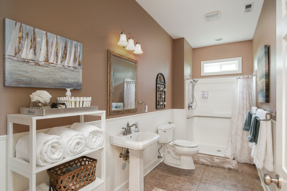 Bathroom, Spacious Suite on Oregon Equestrian Estate