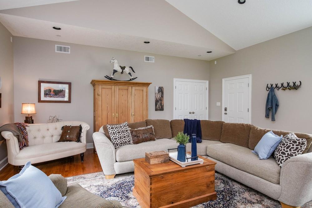 Living Room, Spacious Suite on Oregon Equestrian Estate