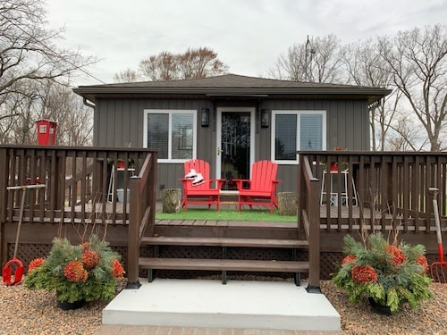 NEW Luxury, Willow Beach Cottage Steps to the Lake